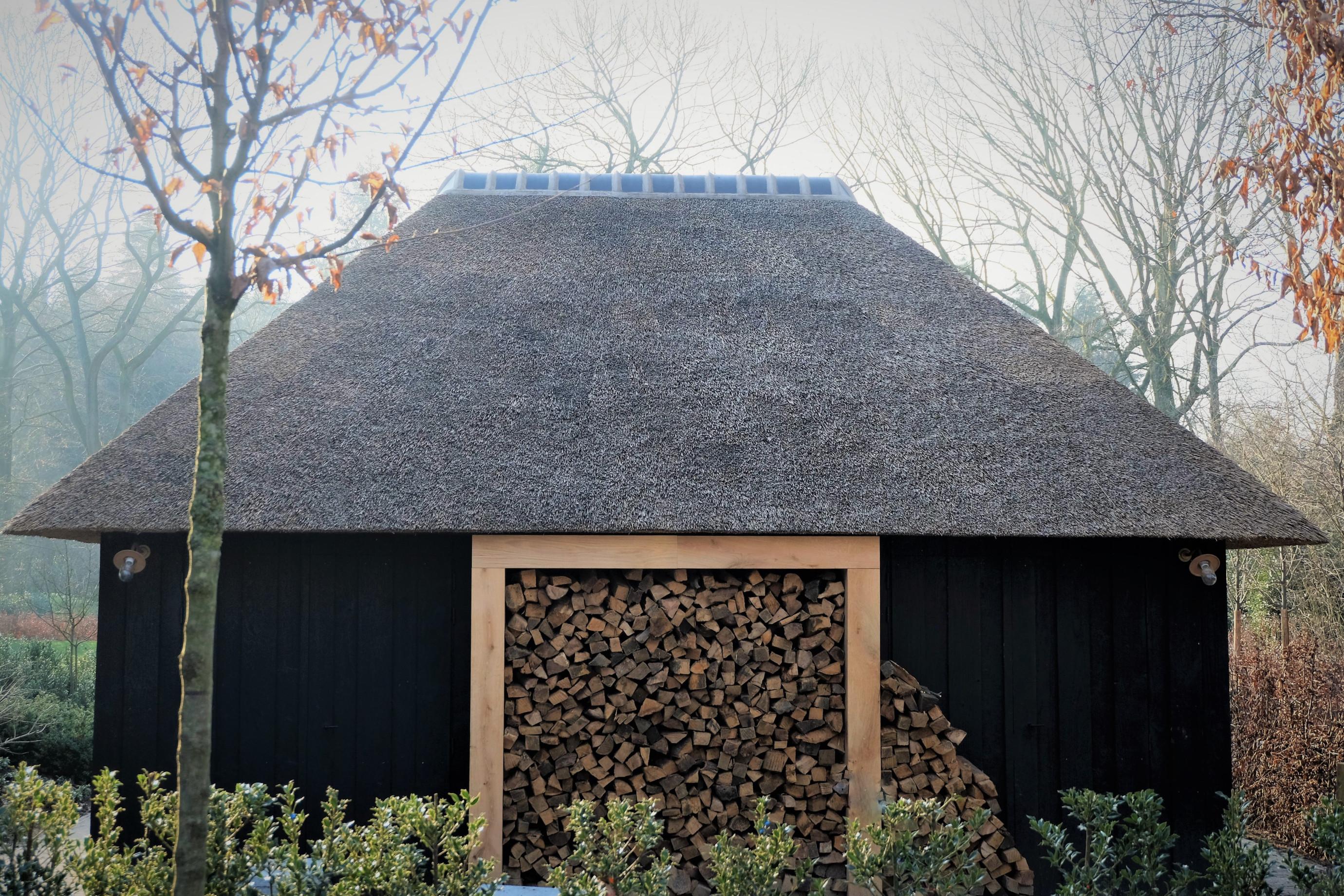 Zwarte poolhouse - Vanhauwood in samenwerking met Cornelis Hout.jpg