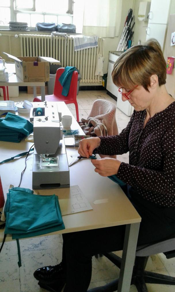 Vrouw maakt mondmasker met naaimachine
