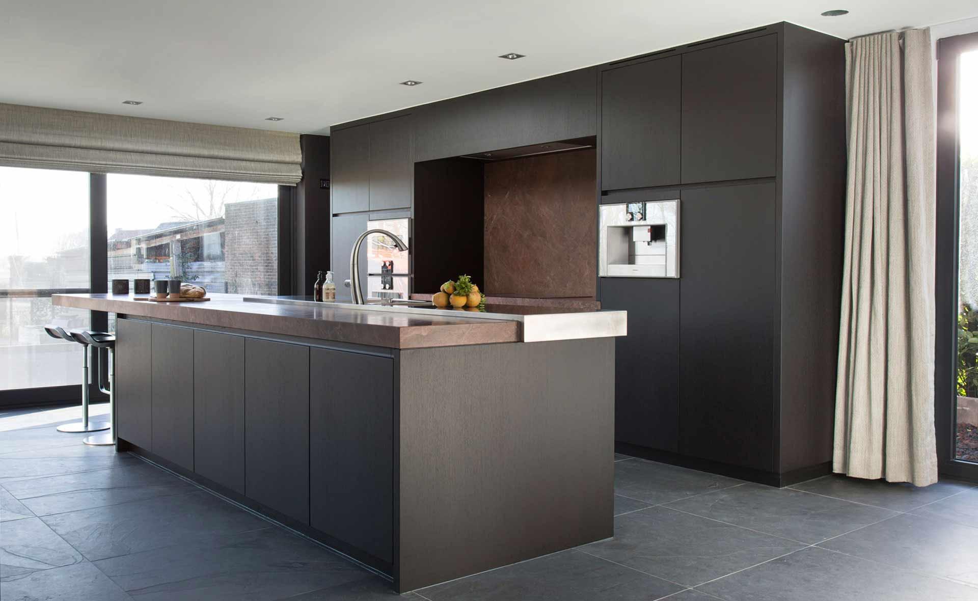 Dekeyzer-hedendaagse-keuken-bruine-tinten-1.jpg