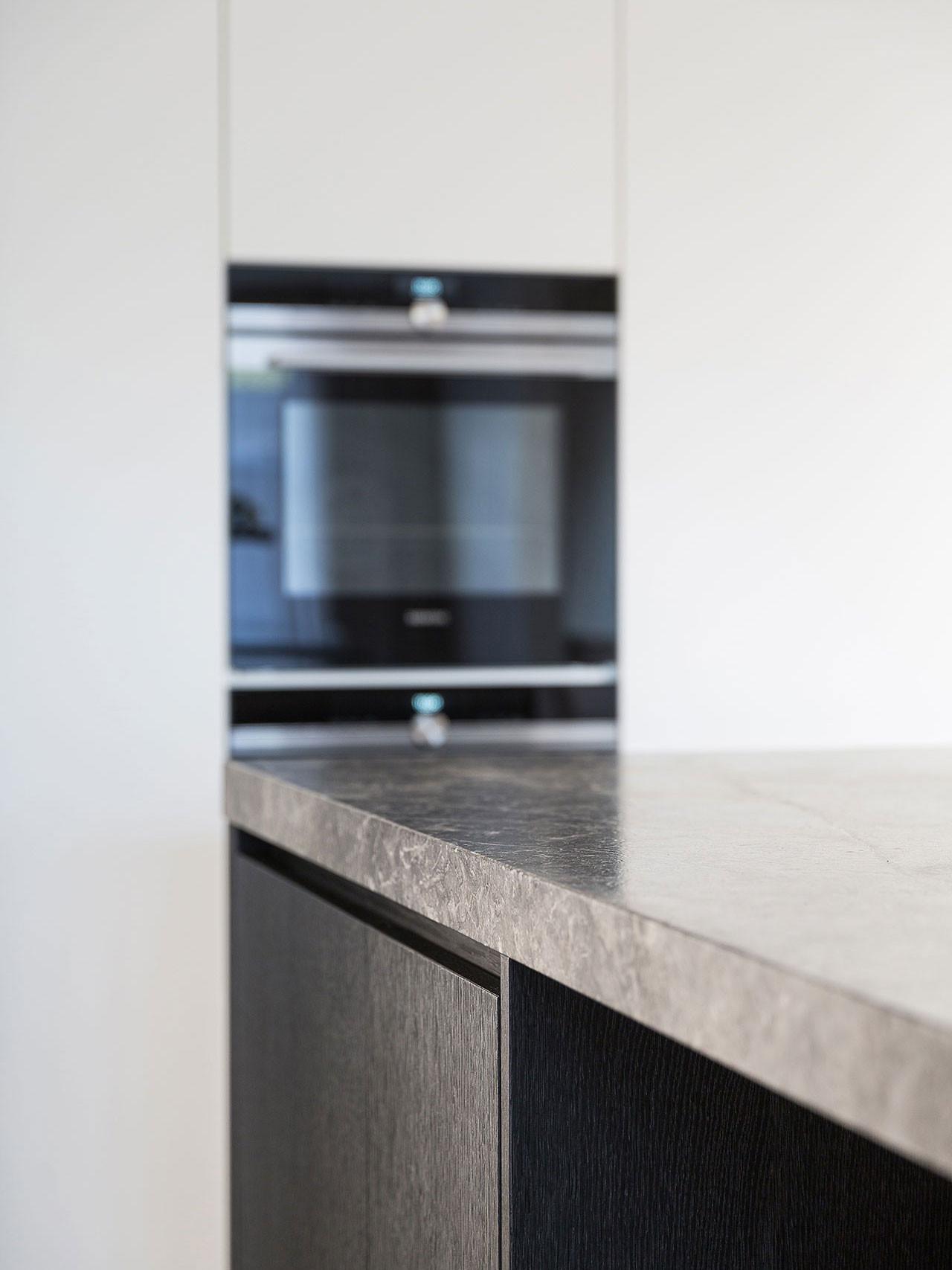 Dekeyzer-hedendaagse-keuken-donkere-eik-satijnlak-marmer-4.jpg