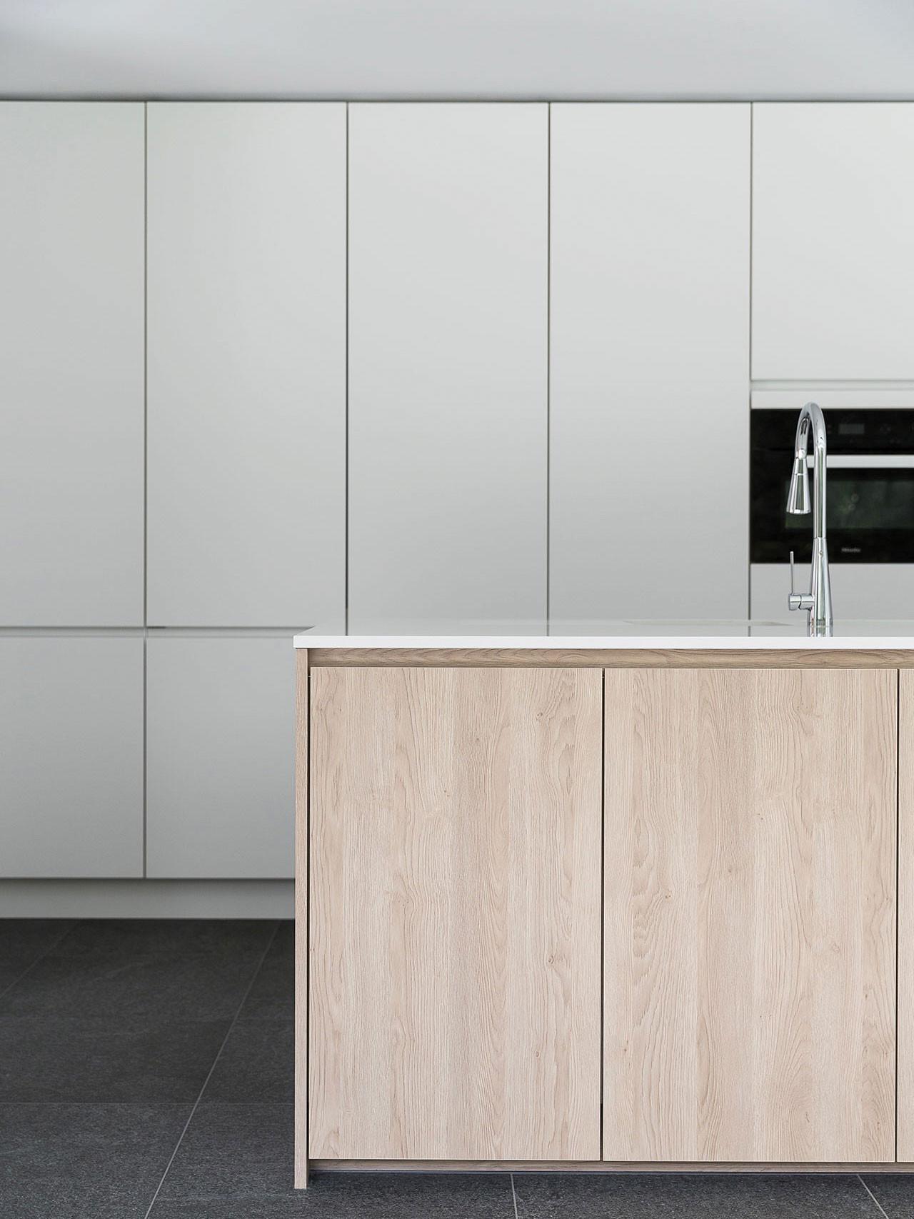 Dekeyzer-hedendaagse-keuken-greeploos-satijnlak-houtdecor-2.jpg