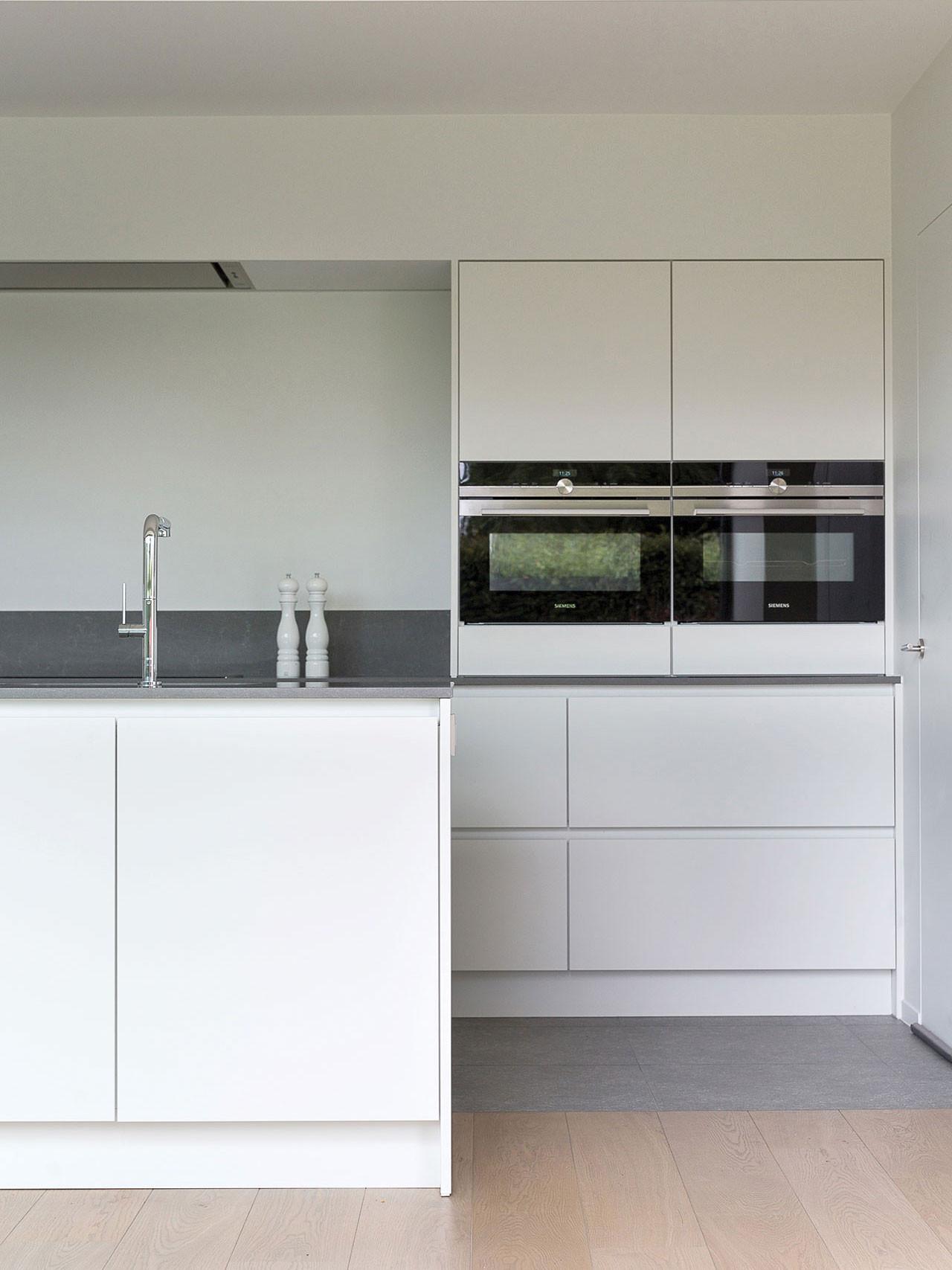 Dekeyzer-hedendaagse-keuken-poederlak-wit-composiet-2.jpg
