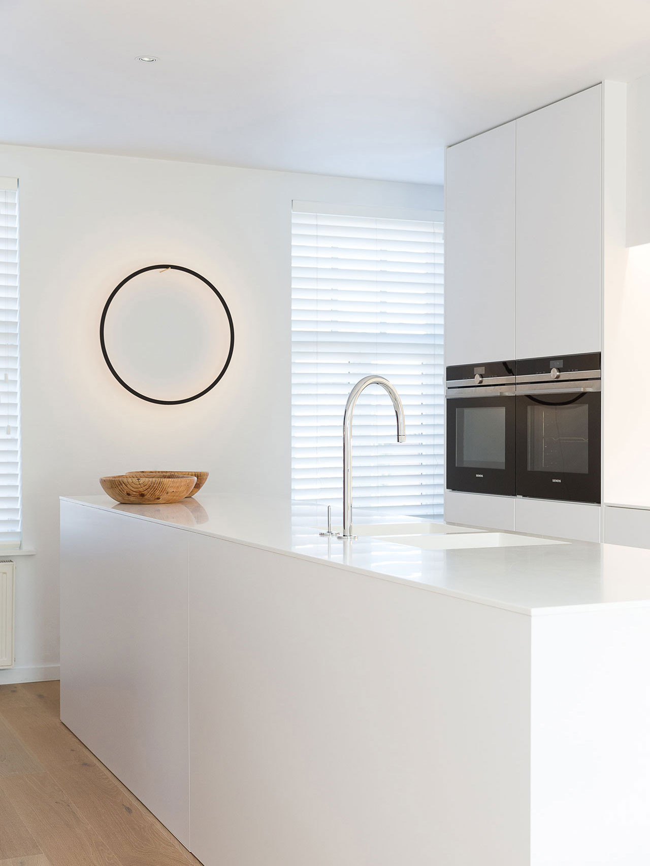 Dekeyzer-hedendaagse-keuken-satijnlak-wit-corian-1.jpg