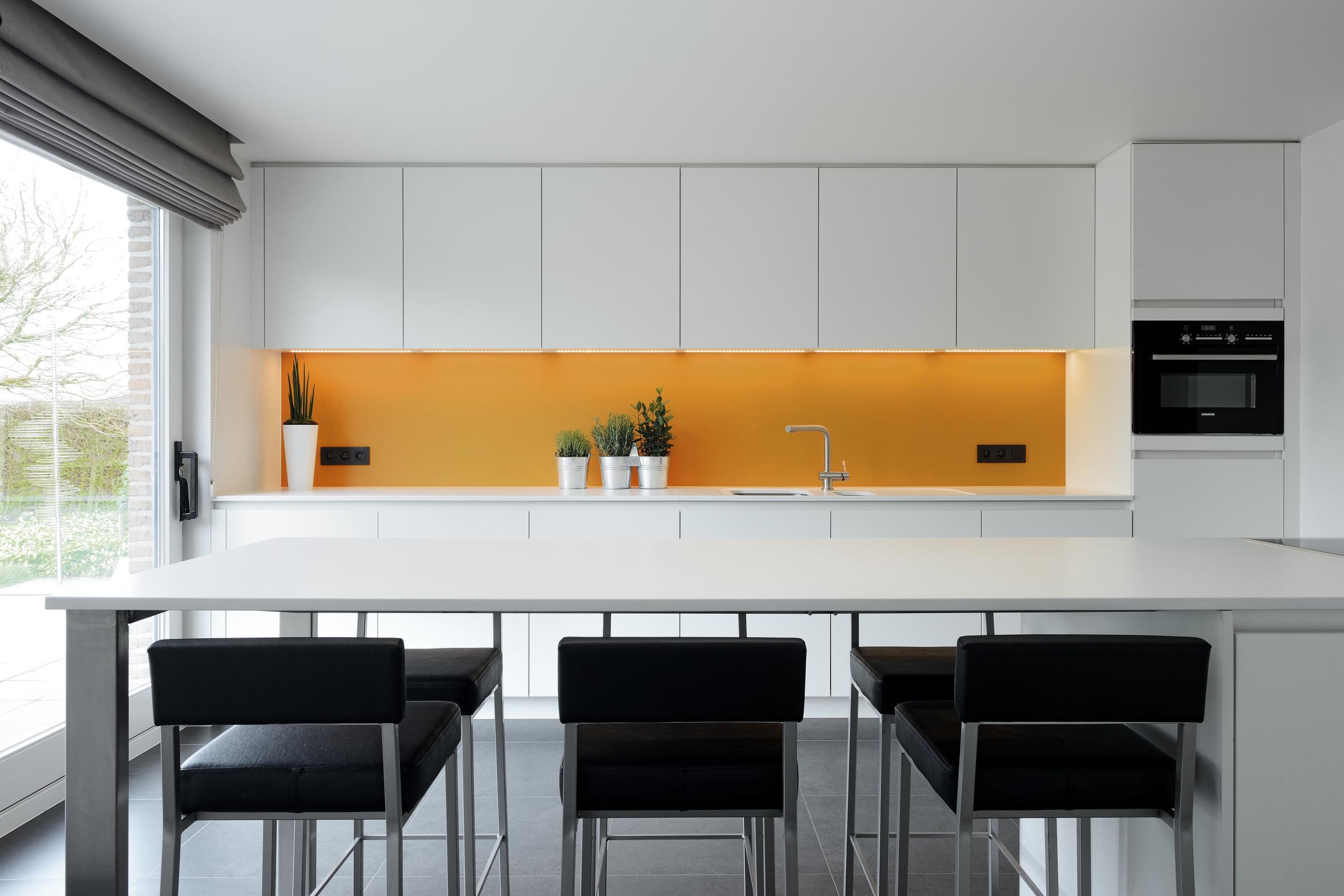 1 strakke moderne keuken wit geel zwart
