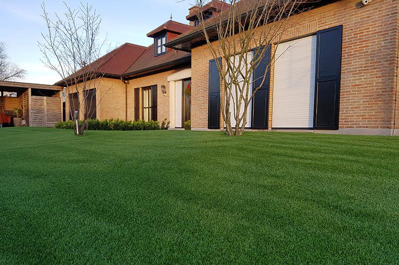 Grasmeester kunstgras, bomen en planten