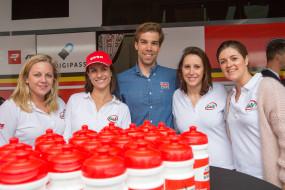 De G&V commerciële binnendienst op de foto met een wielrenner van Lotto Soudal