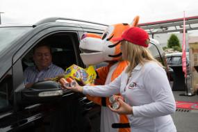 Barbara Bruneel samen met de tiger tijdens opening esso Waregem