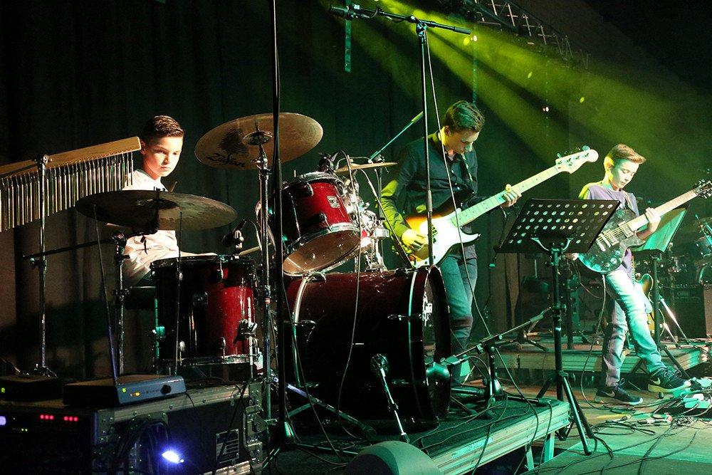 Bandcoaching 1, band on stage, muziek, muziekhuis, popmuziek, muziekschool, gitaar, basgitaar, drum
